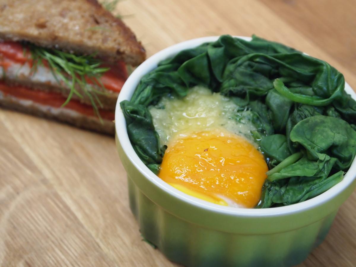 Jajka ze szpinakiem i tosty z łososiem